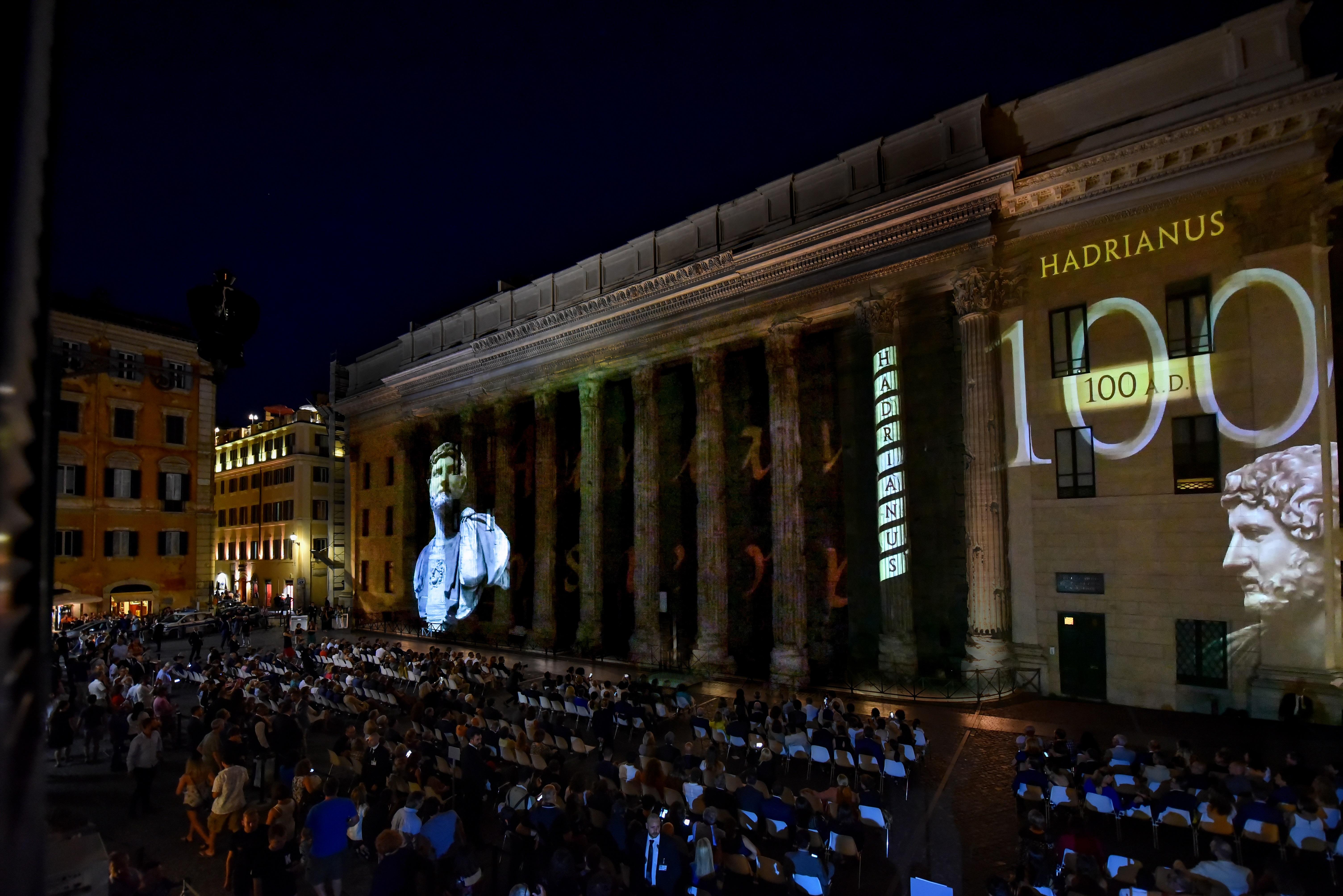 Piazza di Pietra durante la proiezione dello spettacolo Luci su Adriano