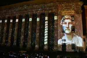 Un momento dello spettacolo di luci proiettato sul colonnato del Tempio di Adriano
