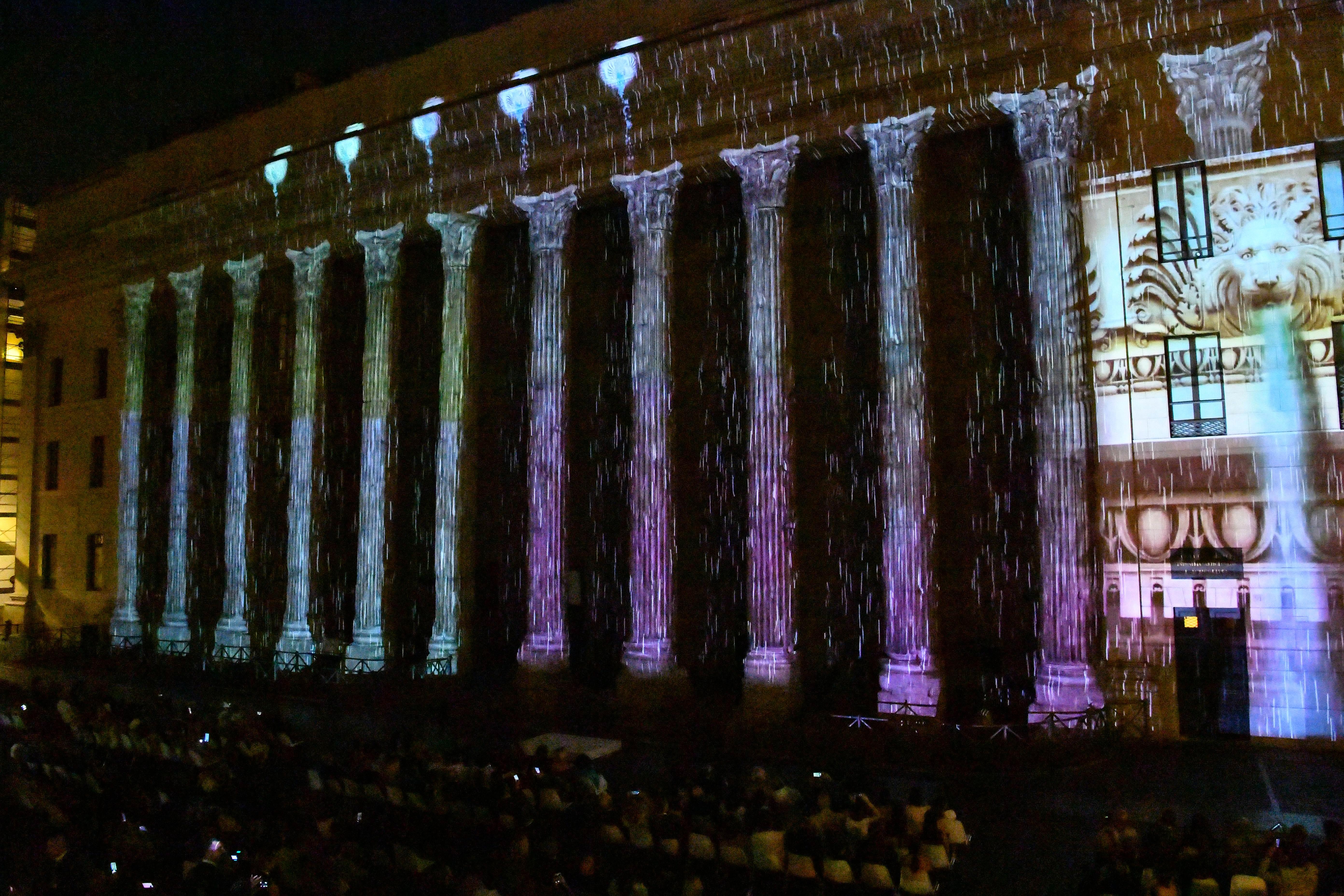 Un momento della proiezione sul colonnato del Tempio di Adriano